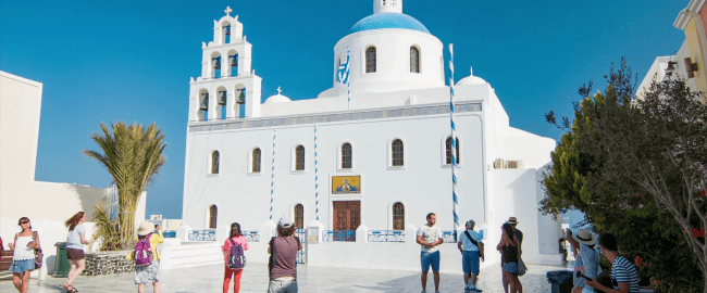 ekklisia panagia platsani church in oia town on santorini island greece with visiting sightseeing tourists at the historical greek landmark ble2vxg6lx thumbnail full13